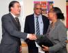 El Embajador Argentino entrega una copia de la película 'El Mural' a la biblioteca de la Universidad UWI